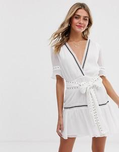 Платье с V-образным вырезом и завязкой на талии Stevie May - Kensington - Белый