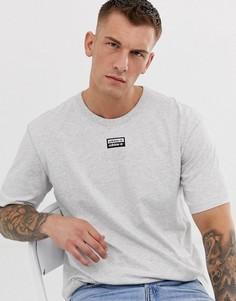 Серая футболка с логотипом по центру adidas Originals - vocal - Серый