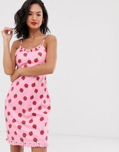 Платье на бретельках с клубничным принтом Daisy Street - Розовый