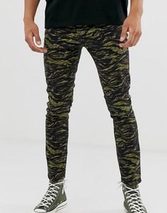Облегающие брюки с камуфляжным принтом River Island - Зеленый