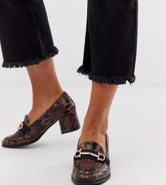 Лоферы для широкой стопы на среднем каблуке с эффектом змеиной кожи и пряжками ASOS DESIGN - Коричневый