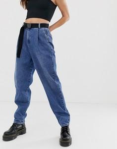 Суженные книзу выбеленные джинсы бойфренда в винтажном стиле с рельефными швами и тканым ремнем ASOS DESIGN - Синий