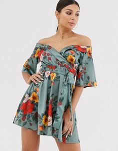 Атласное платье с открытыми плечами и цветочным принтом Club L London - Мульти