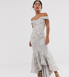 Серое платье макси с открытыми плечами и годе Chi Chi London Petite - Серый