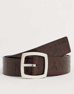 Коричневый кожаный ремень с тисненым логотипом Calvin Klein Jeans - Magnified - Коричневый