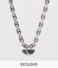 Короткое серебристое ожерелье-цепочка с подвесками в виде бутылочных крышек Reclaimed Vintage inspired эксклюзивно для ASOS - Серебряный