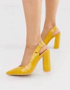 Остроносые туфли на каблуке горчичного цвета с ремешком через пятку и крокодиловым рисунком London Rebel