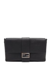 Черная кожаная сумка на плечо с пряжкой FF Fendi