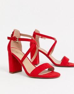 Красные босоножки на каблуке с перекрестными ремешками New Look