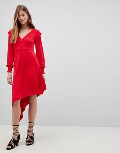 Чайное платье с асимметричным краем и присборенными манжетами ASOS-Красный