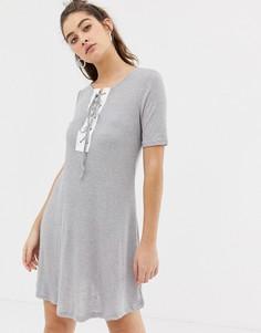 Платье-футболка со шнуровкой Glamorous-Серый