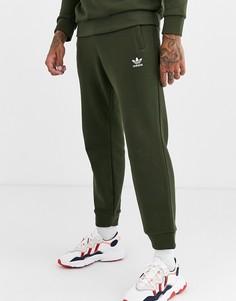 Джоггеры цвета хаки с вышитым логотипом adidas Originals-Зеленый