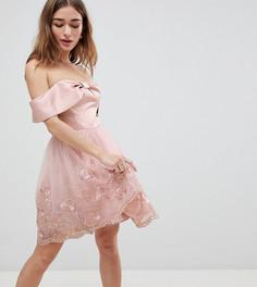 Платье миди с открытыми плечами, бантиком и кружевом Chi Chi London Petite-Розовый