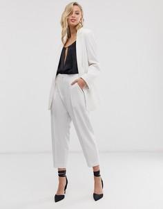 Укороченные брюки в бежевую полоску с присборенной талией Closet London-Белый