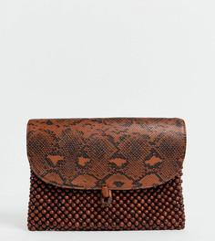 Эксклюзивный клатч со змеиным принтом и отделкой деревянными бусинами Glamorous-Коричневый