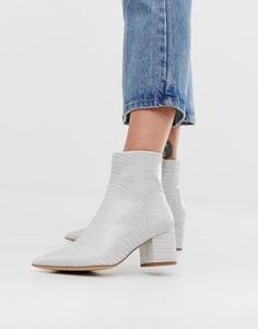 Серые ботинки на блочном каблуке, с острым носком и эффектом крокодиловой кожи New Look-Серый