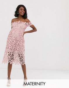 Розовое кружевное платье миди с открытыми плечами Chi Chi London Maternity-Розовый
