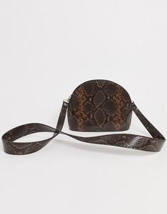 Полукруглая сумка с рисунком змеиной кожи ASOS DESIGN-Коричневый