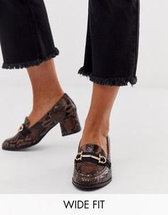 Лоферы для широкой стопы на среднем каблуке с эффектом змеиной кожи и пряжками ASOS DESIGN-Коричневый