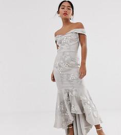 Серое платье макси с открытыми плечами и годе Chi Chi London Petite-Серый