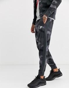 Джоггеры с камуфляжным принтом и манжетами Nike Club-Зеленый