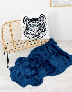 Темно-синий коврик из искусственной овчины River Island