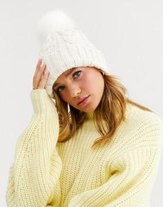 Кремовая вязаная шапка с помпоном из искусственного меха New Look-Кремовый