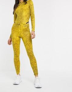 Желтые леггинсы с завышенной талией и змеиным принтом Nike-Желтый