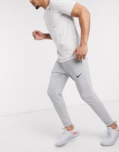 Серые суженные книзу флисовые джоггеры Nike Training Dri-Fit-Серый