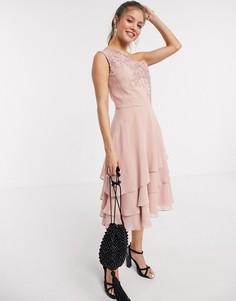 Ярусное платье миди на одно плечо с кружевной вышивкой Chi Chi London-Золотой