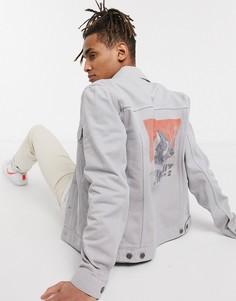 Серая джинсовая куртка с принтом на спине ASOS DESIGN-Серый