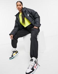 Черный пуховик с логотипом сзади Nike