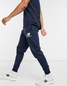 Темно-синие спортивные штаны с логотипомNew Balance-Темно-синий