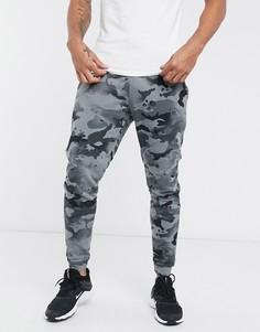 Серые джоггеры с карманами карго с камуфляжным принтом Nike Training-Серый