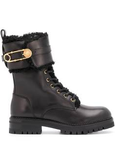 Versace ботинки хайкеры с декором Safety Pin