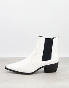 Белые остроносые ботинки челси на кубинском каблуке из искусственной кожи со змеиным узором в стиле вестерн ASOS DESIGN-Белый