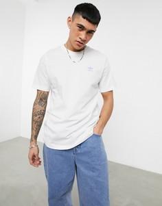Белая футболка с маленьким сиреневым логотипом adidas Originals Essentials-Белый
