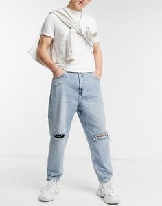 Свободные джинсы голубого выбеленного цвета со рваной отделкой на коленях Bershka-Голубой
