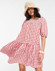 Платье мини с присборенной юбкой и квадратным вырезом в клетку красного цвета QED London-Красный