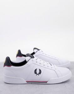 Белые кожаные кроссовки с темно-синими вставками и фирменными полосками Fred Perry B722-Белый