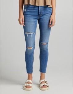 Светло-бежевые узкие джинсы с завышенной талией и рваной отделкой Bershka-Голубой