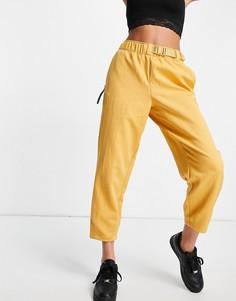 Золотисто-желтые тканые спортивные брюки Nike-Коричневый цвет