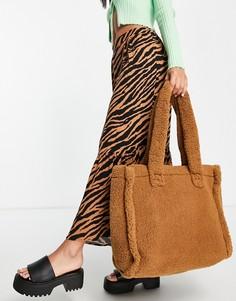 Коричневая сумка-тоут в стиле oversized из переработанного искусственного меха ASOS DESIGN-Светло-бежевый цвет