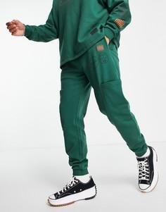 Суженные книзу джоггеры с карманами карго и акцентными принтами от комплекта ASOS DESIGN-Зеленый цвет