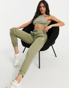 Узкие джоггеры цвета хаки с белым логотипом adidas Originals Essentials-Зеленый цвет