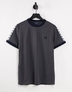 Темно-серая футболка с отделкой кантом и лентой Fred Perry-Серый